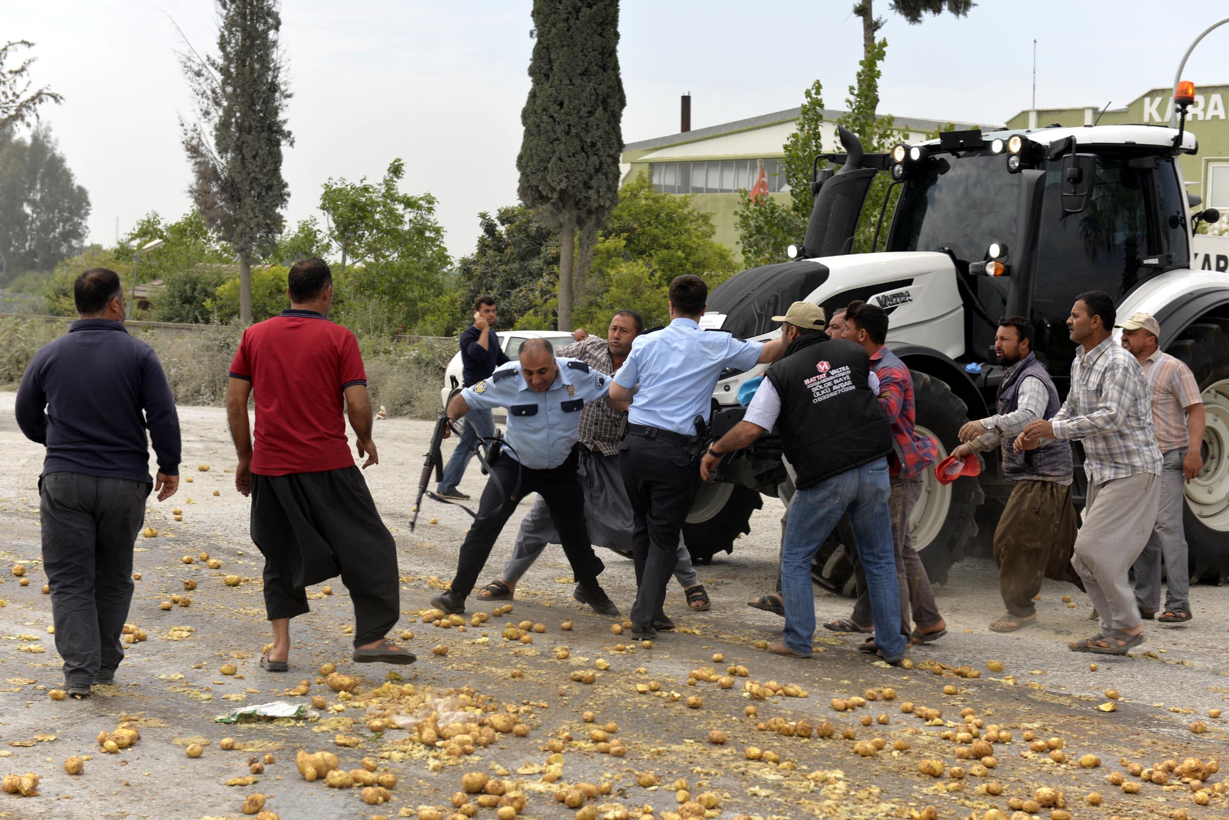 Polisin yumrukladığı çiftçi: AKP'ye verdiğim oy haram zıkkım olsun