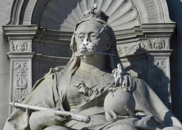 Al sana eylem: Greenpeace Londra'da 15 heykele gaz maskesi taktı