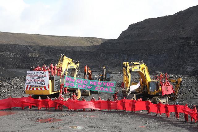 İngiltere'de 300 eylemci ülkenin en büyük kömür madenini işgal etti!