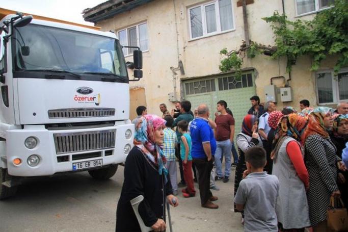 Mahalleli madenden çıkan kamyonların geçişine izin vermedi