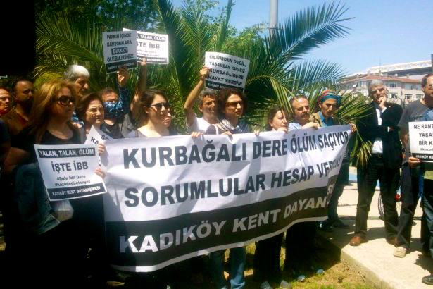 Kadıköylüler, Kurbağalıdere'yi ölüm deresi haline getiren Topbaş'ı protesto etti