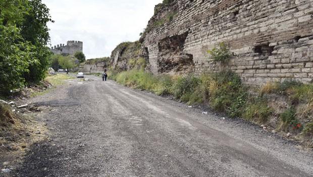 Tarihi surlara asfalt döken şakacı Fatih Belediyesi: 'Sadece iki kamyon asfalt kırığı döküldü'