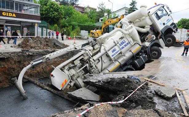 Gökçek belediyeciliği yine çöktü: Önce otomobil sonra ASKİ çukura düştü