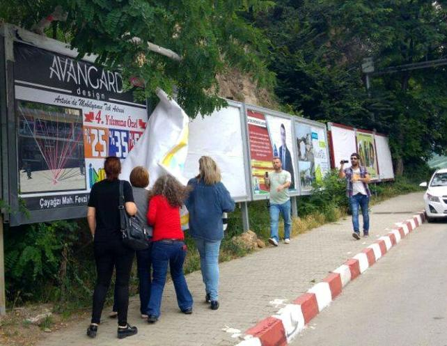Artvin'de kadınlar Mehmet Cengiz'in afişlerini indirdi