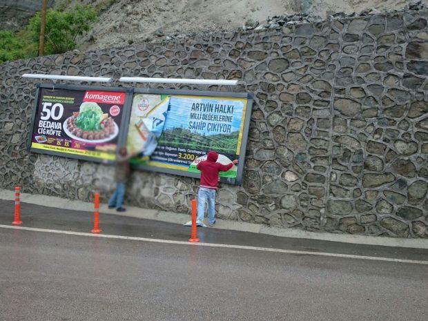 Cengiz Holding polis korumasında afişleri yeniden astı, Artvinliler tekrar kaldırdı