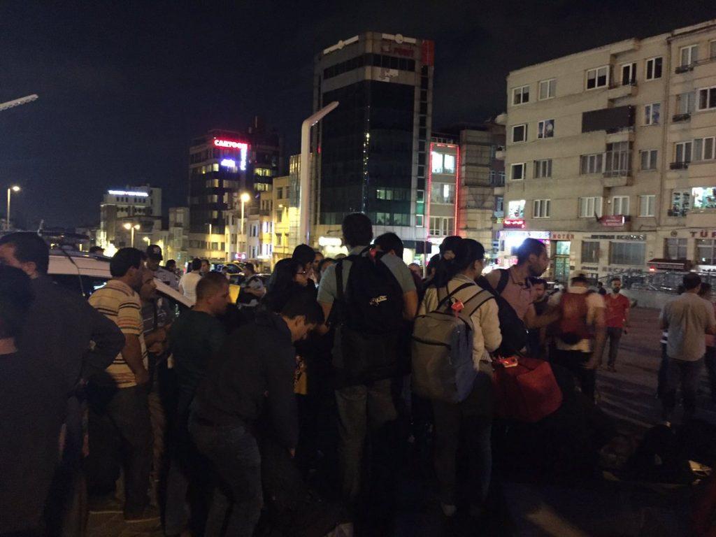 Saldırıdan sonra gece Taksim meydanda kaderine terk edilen yüzlerce turiste, yurttaş örgütlenmesi destek verdi