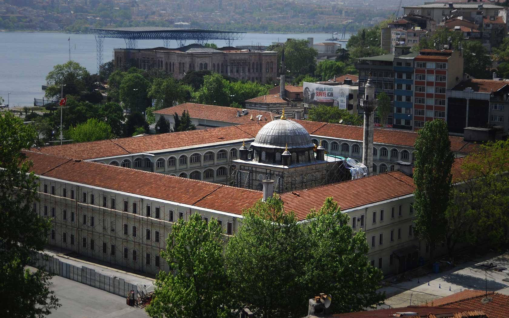 AKP Kasımpaşa'daki Osmanlı'nın Kalyoncular Kışlasını yıktı.