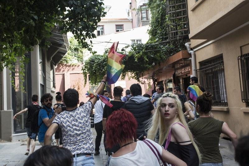 """LGBTİ'ler Beyoğlu'nun her yerine """"dağıldı"""""""