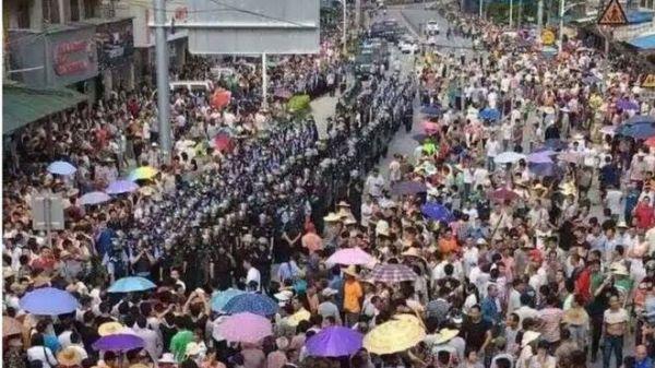 Çin'de su kaynaklarını kirletecek çöp yakma tesisine karşı binler polisle çatıştı