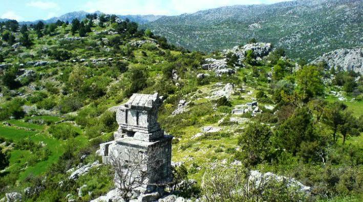 Isparta'da binlerce yıllık tarihi defineciler yağmalıyor!