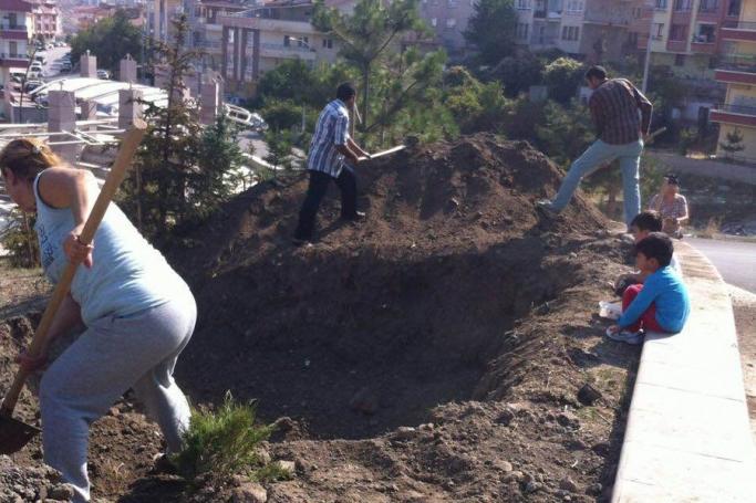 Ankara, Mamak'da halk, baz istasyonu çukurlarını elbirliğiyle kapattı
