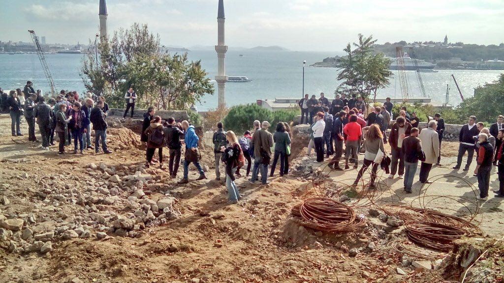 Cihangir'deki Roma Parkı'nda yıkım, yurttaşların müdahalesiyle 'şimdilik' durduruldu