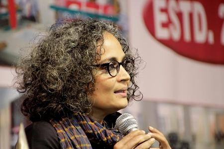 """Arundhati Roy: """"Belki de geceyi tekrar ele geçirmemizin zamanıdır"""""""