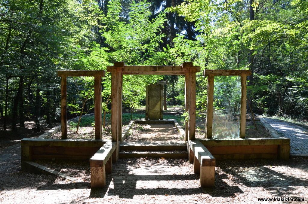 """Dokunaklı Bir Savaş Anıtı: Belgrad Ormanı'ndaki """"Şüheda Makberesi"""""""