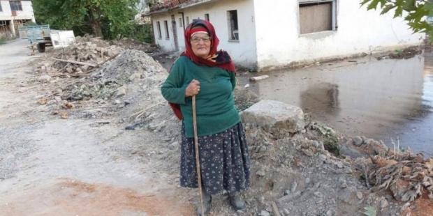 """Evi baraj suyuna gömülmek üzere olan 75 yaşındaki Isparta'lı nine: """"Önümüz kış, ne yapacağımı bilmiyorum"""""""