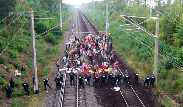 Hambach Ormanı savunucuları demir yolunu sabote ettiler