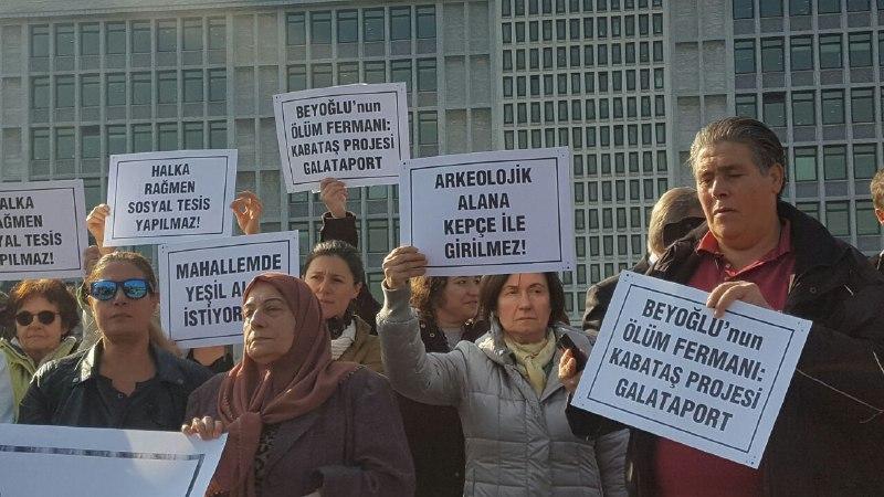 Kent savunucuları Beyoğlu'ndaki projelere karşı İBB önündeydi