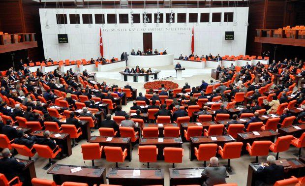 Adana'da öğrenci yurdu yanarken AKP Meclis'te vekillere zammı oylamış!