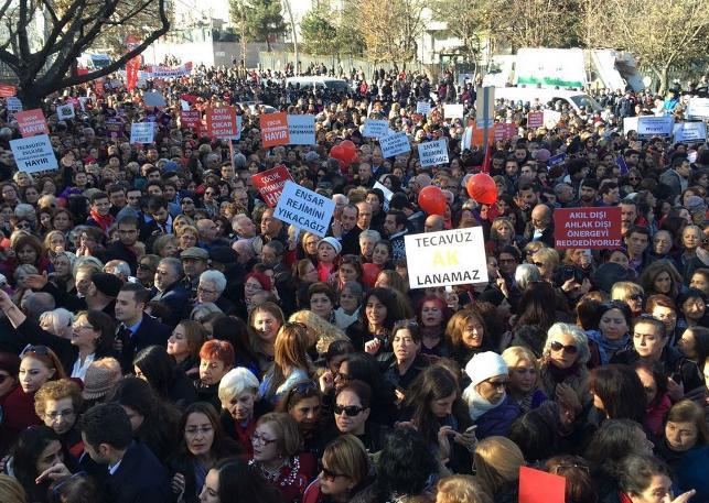 Kadınlar Meclis'in kapısına dayandı, AKP geri adım attı