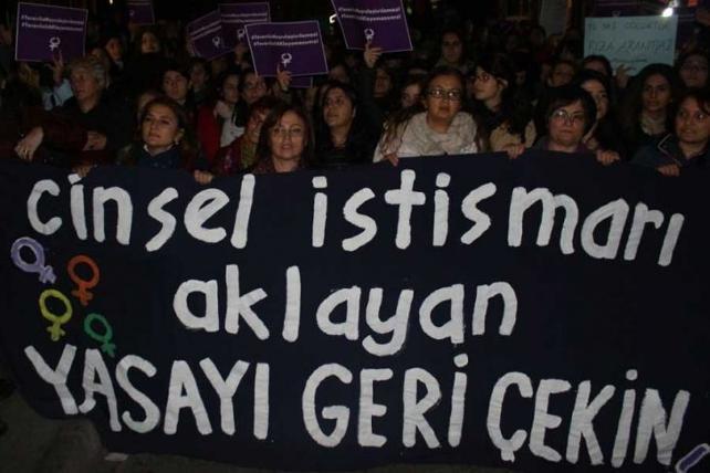 Kadıköy'de yüzlerce kadın cinsel istismara karşı sokakta: Bu yasayı derhal geri çekin