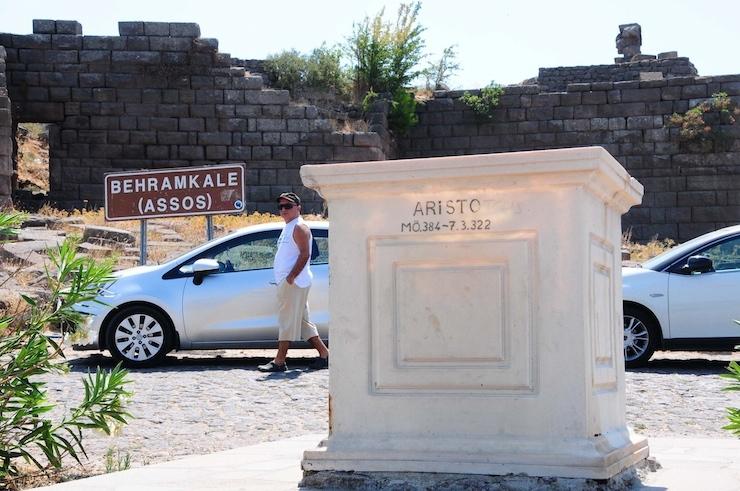 Bir yılı geçti: Assos'ta tahrip edilen Aristo heykeli için hala proje bekleniyor