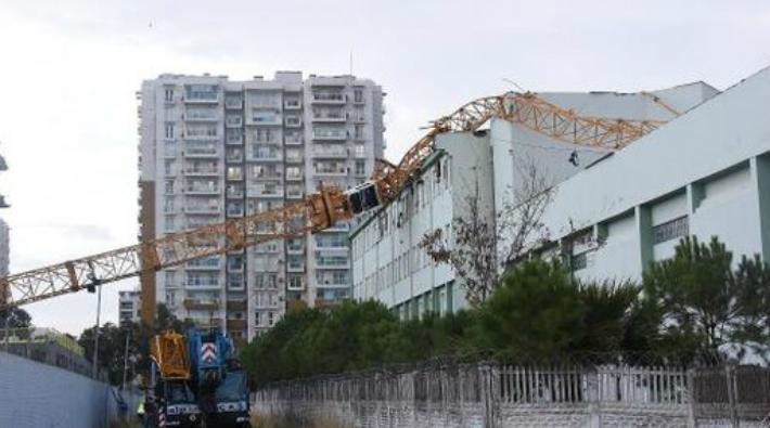 İzmir'deki okula, Cengiz İnşaat'ın vinci düştü