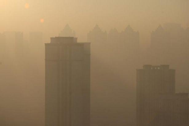 Pekin'de göz gözü görmüyor: 1200 fabrika üretimi durdurdu