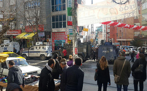 Polis baskını engelleyemedi: Gazi halkı acele kamulaştırmaya karşı toplandı