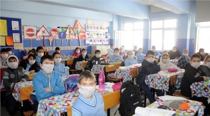 Çerkezköy'de yanına atık dökülen okulda çocuklar maskeyle ders yapıyor!