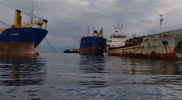 Aliağa'da gemiden denize yakıt sızdı