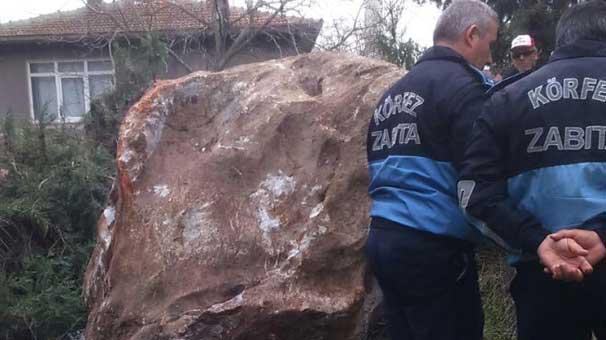 Kocaeli Körfez'de 2 tonluk kaya taş ocağından mahalleye düştü!
