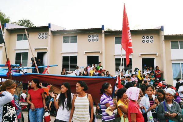 Filipinler: Kent yoksulları 6 siteyi işgal etti