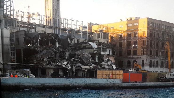 Galataport'a suç duyurusu: Bölgede çatlak, binalarda hasar oluştu; tarihi Paket Postanesi yıkıldı