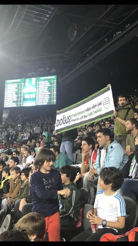 """Doğuş'un sponsor olduğu Darüşşafaka basket maçında pankart açtık: """"Doğuş Holding, Fatih Ormanı'ndan elini çek"""""""