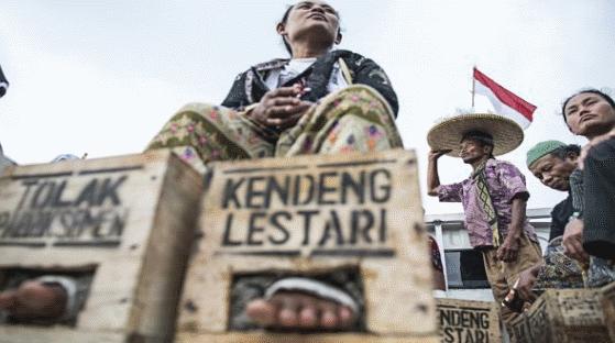 Endonezya'da çiftçi kadınların ayakları doğayı kurtarmak için çimentoya gömülü