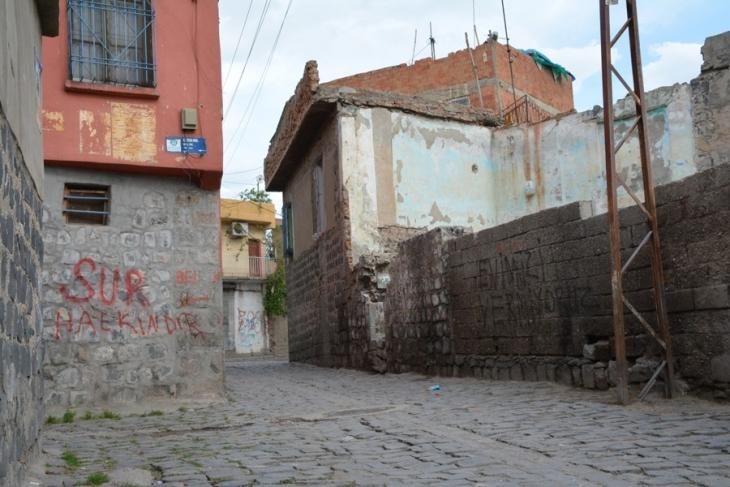 Sur'da halk direndi, kepçe mahalleye sokulmadı