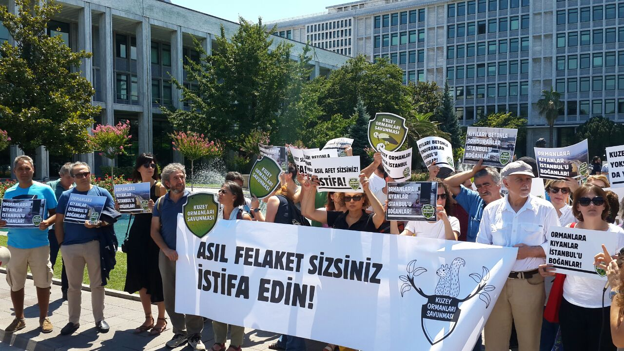 Kuzey Ormanları Savunması, İstanbul Büyükşehir Belediyesi'nin önünde eylem yaptı: Asıl afet sizsiniz, istifa edin!