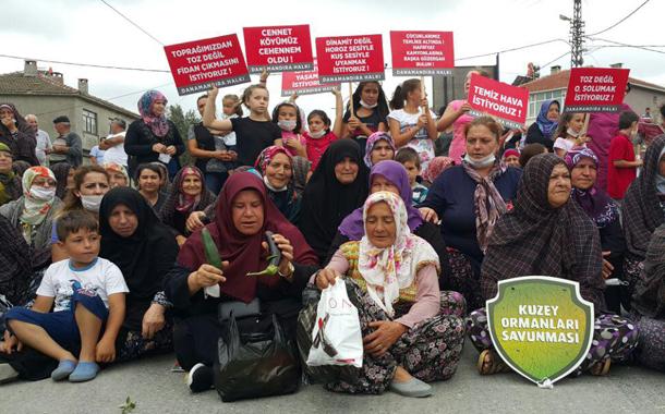 """Kadınlar """"Köyümüzde hafriyat kamyonu istemiyoruz"""" diyerek yolu kapattı"""