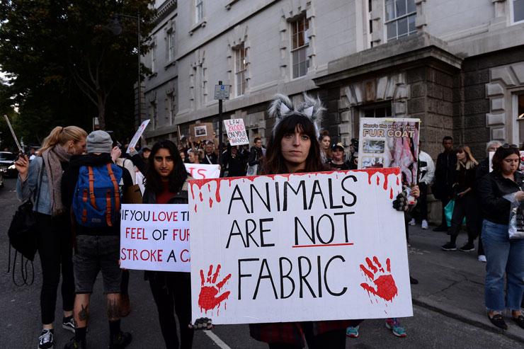 Londra Moda Haftası'nda kürk karşıtı eylem
