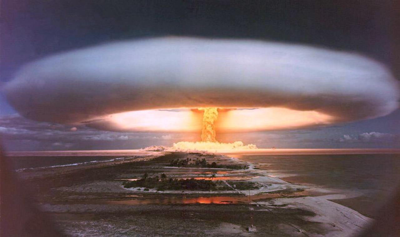 """Son hidrojen bombasının ardından, """"Pasifikte sapsarı bir akşamdı / Elimize değen ölür"""""""