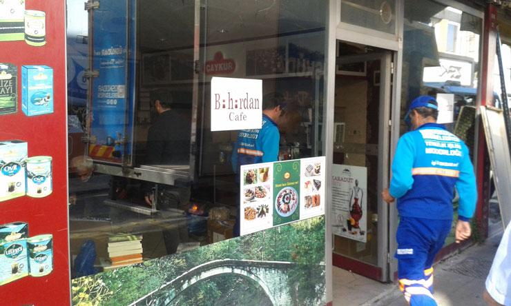 'Hayır' toplantıları yapılan Üsküdar'daki Buhurdan Kafe boşaltıldı. Kafe, Cumartesi 11'de dayanışmaya çağırıyor
