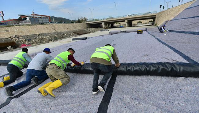Yeşilırmak'ın zeminine beton döküldü, PVC ile kaplandı!