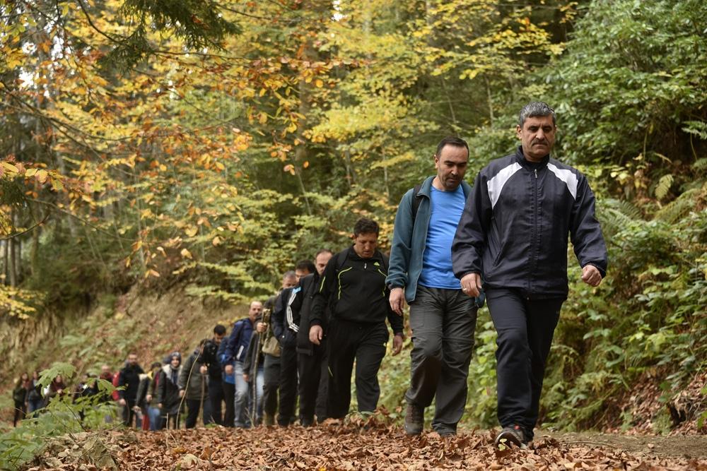 Gümüşhaneli dağcılar, sonbahar mevsiminde bin bir renge bürünen Örümcek Ormanları'nda yürüdü
