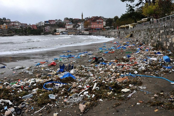 Amasra sahili çöplüğe döndü