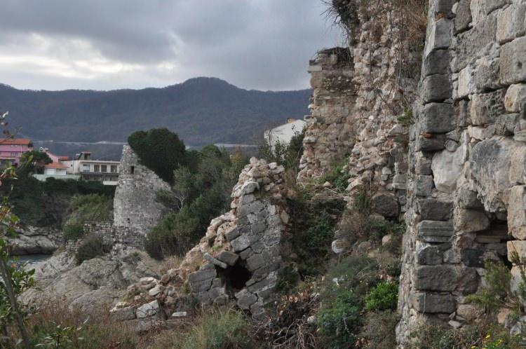 Roma, Bizans ve Osmanlı dönemlerini gören Amasra Kalesi bakımsızlıktan yıkılmaya başladı