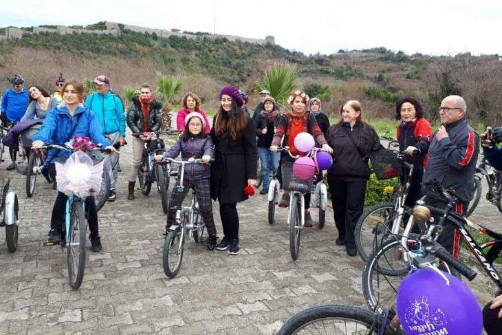 Zonguldaklı kadınlar bisikletle Filyos'a geldi, Belediye Başkanı özür diledi
