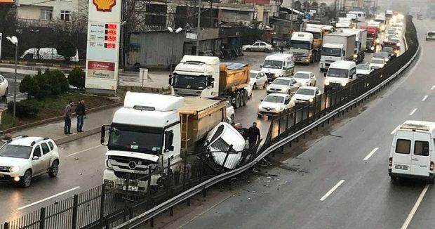İstanbul'da yine hafriyat kamyonu terörü: İstanbul'da şehrin ortasında iki aracı ezdi!