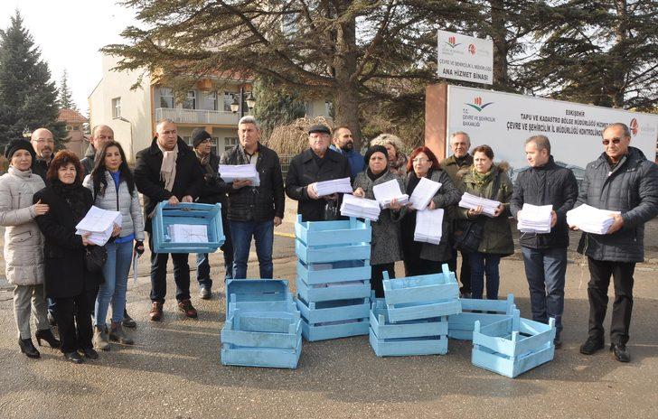Eskişehir'de termik santrale karşı toplanan onbinlerce imza sebze kasaları içinde Çevre ve Şehircilik İl Müdürlüğü'ne verildi