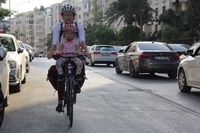 Bisikletli anneden pedallı servis