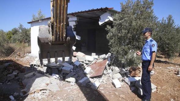 Antalya'da meradaki kaçak yapılar yıkıldı